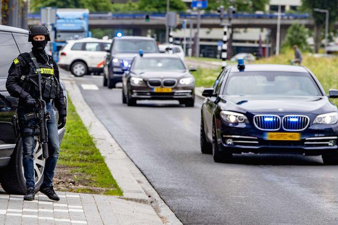 Het transport van Tse Chi Lop naar de extra beveiligde rechtbank in Rotterdam.
