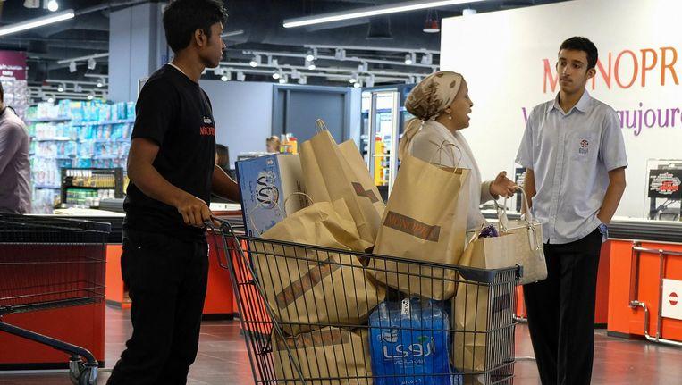 Qatari slaan extra boodschappen in. Beeld afp