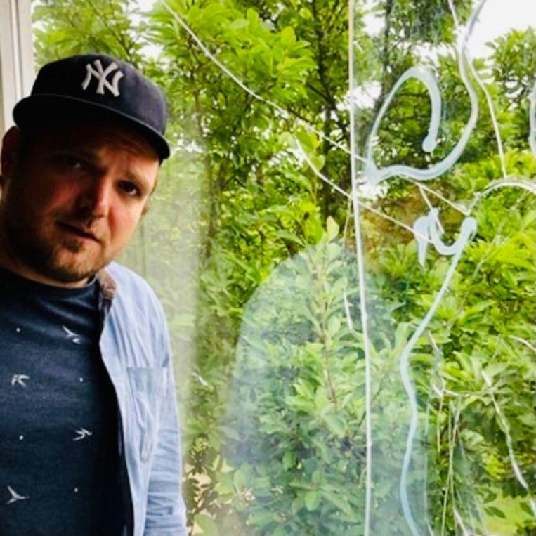 Willem Groeneveld (Sikkom) bij zijn thuis ingegooide raam. Beeld