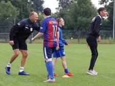 Oefenmeester van RKC Waalwijk Joseph Oosting geeft training bij RKDVC: 'Bij RKC is hij veel strenger'