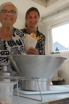 Ria Buys (88) stopt na 58 jaar met friet bakken in Koewacht: 'Tijd om aan mijn pensioen te gaan denken'