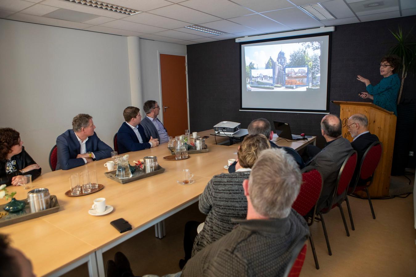 De dorpsraad van Hoogeloon maakt kennis met burgemeester Remco Bosma in gemeenschapshuis D'n Aanloôp.