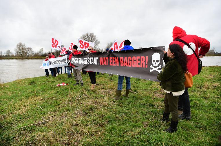 SP hindert schepen in de toegang tot het gebied Over de Maas die granuliet gaan storten in de zandafgraving.  Beeld Marcel van den Bergh / de Volkskrant