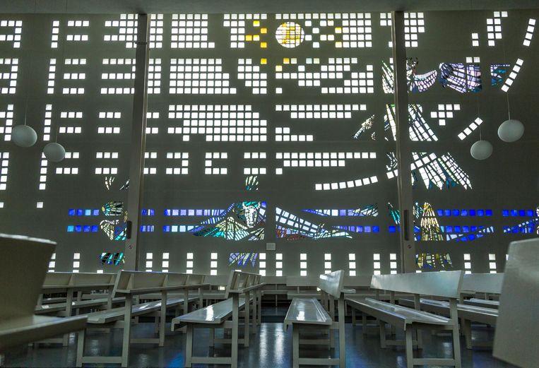 Glas-in-betonwerk van Berend Hendriks (1956) in de Koningskerk, Ostwaldstraat 5. De enige kerk in Amsterdam waarin deze techniek op zo'n grote schaal is toegepast; de wand stelt een engel voor, naar een visioen uit Openbaringen 14 Beeld Tammy van Nerum