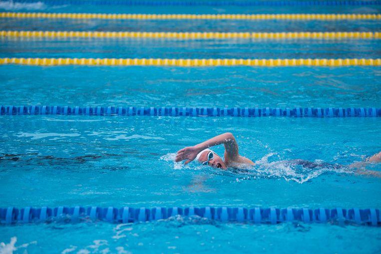 'Zwemmen is de beste ademhalingstraining, omdat het wateroppervlak een lichte druk uitoefent op je borstkas, waardoor je nog dieper moet ademhalen. Roeien is ook heel goed.' Beeld Arisa Chattasa / Unsplash