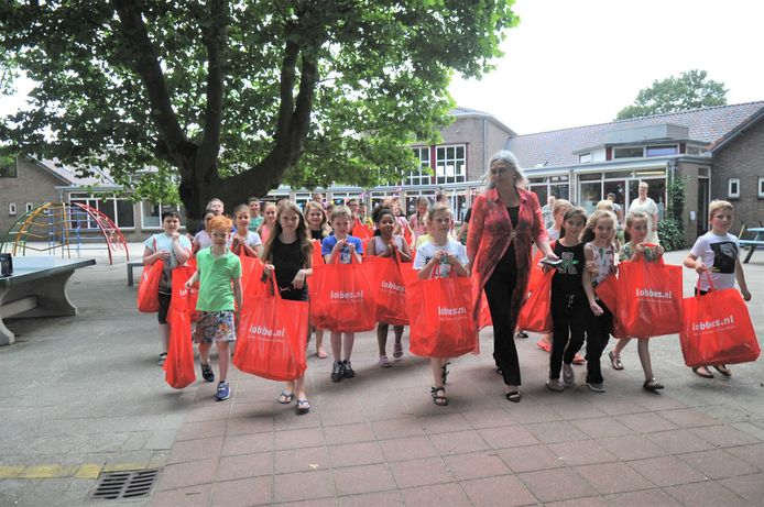 Kinderen van de Beatrixschool hebben samen met hun ouders en met hulp van sponsoren vijftig vakantietassen gevuld met onder andere speelgoed.