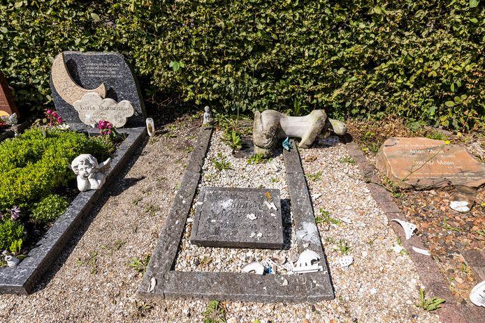Veel graven zijn vernield en er is een hoop schade achtergelaten.