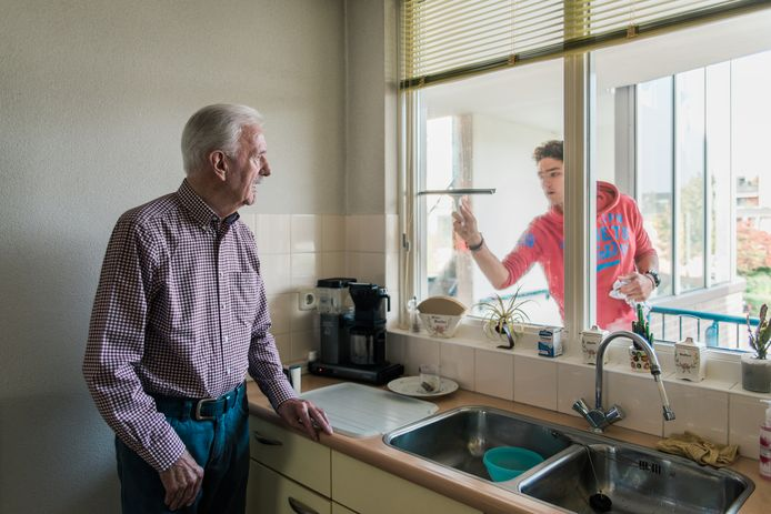 Als Daan (20) de ramen lapt bakt zijn opa (86) in Breda voor hem een eitje