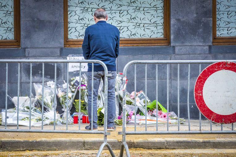 Bloemen op de Avenue Reine Astrid voor de doodgeschoten agent Amaury Delrez.