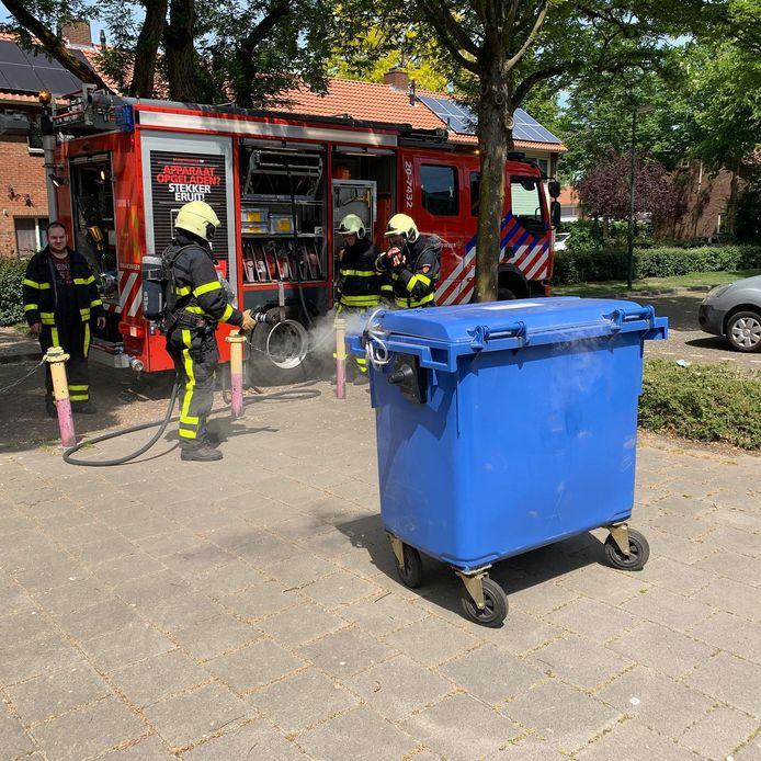 Er woedde een brandje in de papiercontainer.