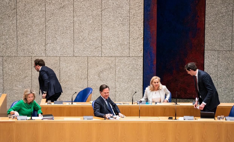 'Vak K' tijdens het notulendebat, met van links af de ministers Ollongren, Koolmees, Rutte, Kaag en Hoekstra.   Beeld Freek van den Bergh / de Volkskrant