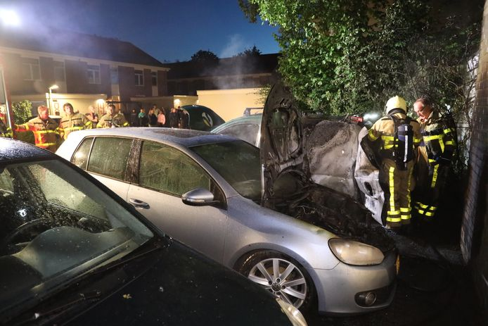 Twee auto's gingen vannacht in vlammen op.