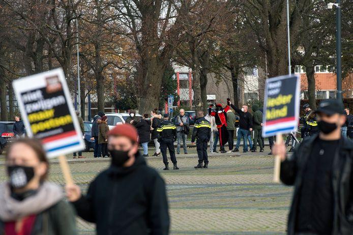 Een tegendemonstratie met onder andere een Zwarte Piet wordt tegengehouden door de politie tijdens een demonstratie van actiegroep Kick Out Zwarte Piet (KOZP) tegen Zwarte Piet.