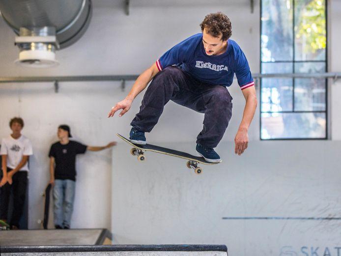 VRob Maatman uit Deventer traint in Den Haag om zich als skateboarder te plaatsen voor de Spelen in Tokio.