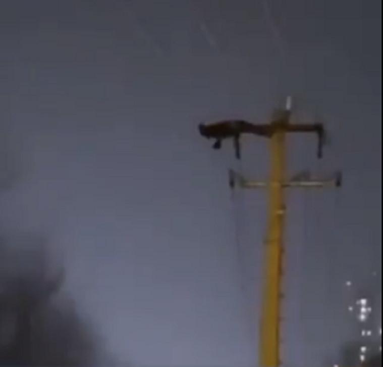 L'homme perché sur un pylône électrique