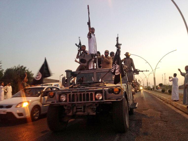 IS-strijders op een weg richting Mosul. Beeld ap