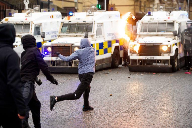 Betogers belagen de politie op Springfield Road in Belfast. Beeld EPA