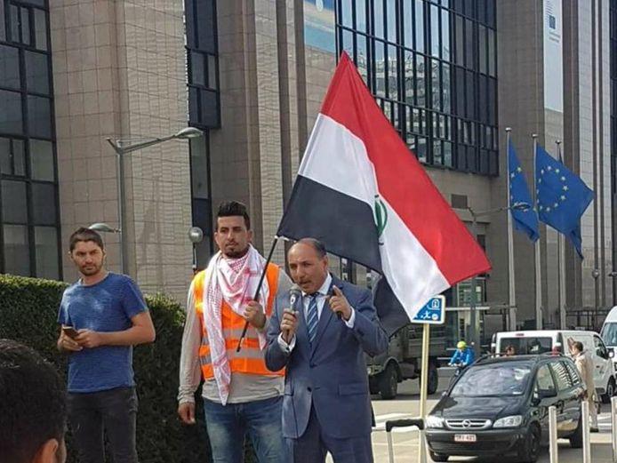 Nissi (met microfoon) tijdens een demonstratie van de Arab Struggle Movement voor een gebouw van de EU. De foto is door zijn organisatie op Facebook geplaatst. Het is onduidelijk wanneer de foto is genomen.