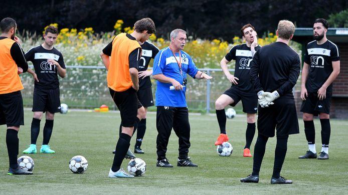 Achilles-coach Ruud Kaiser tijdens een training in de aanloop naar het duel met Rijnvogels.