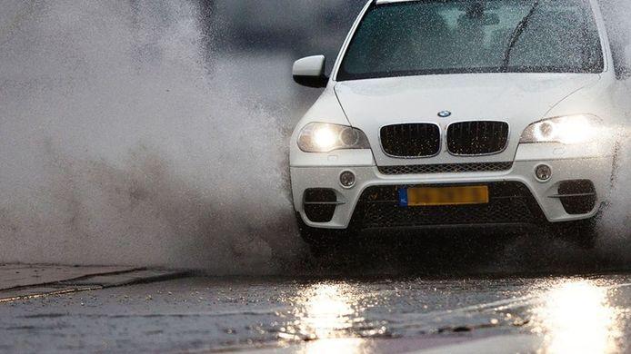 Door een plas rijden kan voor duizenden euro's schade opleveren aan je motor.