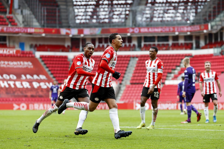 Pablo Rosario en Mohamed Ihattaren van PSV Eindhoven vieren de 3-0 van laatstgenoemde.