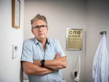 Zonder handtekening geen coronaprik; Huisarts Rob Elens stuurt patiënten zonder vaccinatie weg als ze geen verklaring willen tekenen