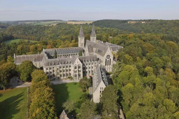 Le collège Saint-Benoît est situé dans l'enceinte de la célèbre abbaye de Maredsous.