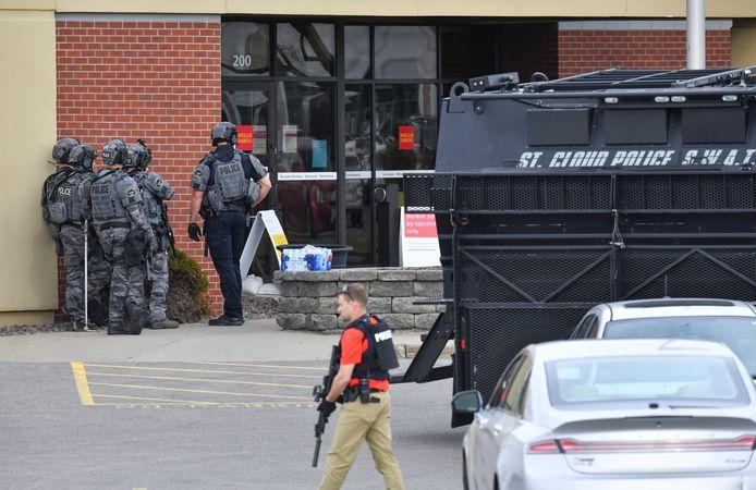 Zwaarbewapende agenten bij de ingang van de bank.