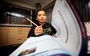 Kim Hofstede en haar zoon Jamal (12). Jamal zit aan de keukentafel en moeder helpt met overhoren.