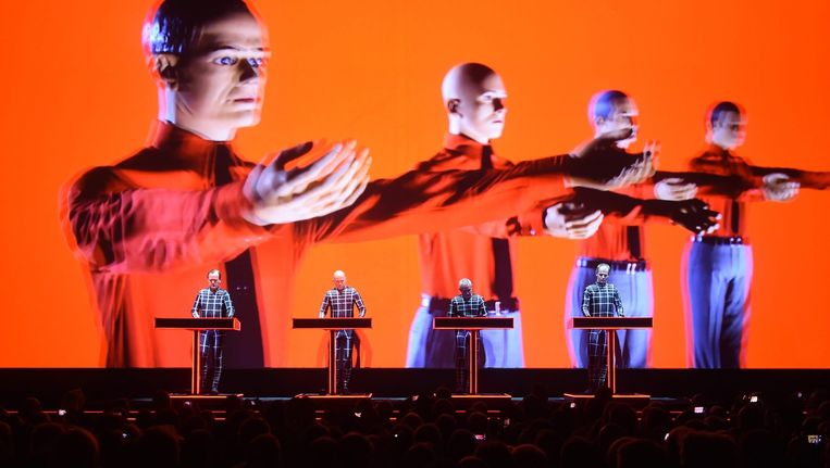 De Duitse elektro-popband Kraftwerk speelde in september in het 'Centrum voor Kunst en Media Technologie' in Karlsruhe, Duitsland. Beeld EPA