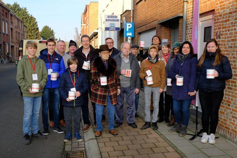 Vrijwilligers van de Damiaanactie in Muizen, met centraal (met hoed) medeoprichter Jan Van den Broeck.