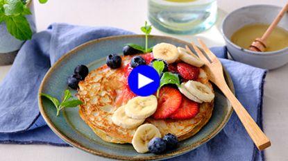 Met vers fruit en dit simpele sausje pimp je pancakes tot een zomers wauw-ontbijt