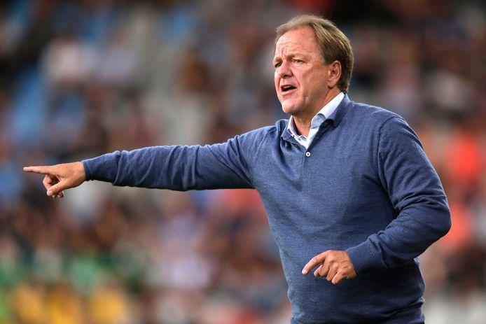 De Graafschap-trainer Mike Snoei zit tegen Jong Ajax op de tribune.