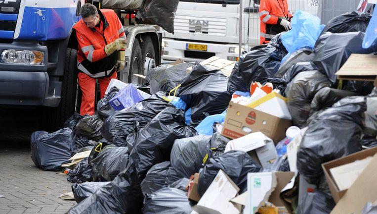 De vuilhopen in de binnenstad zijn inmiddels weggewerkt sinds de vuilnismannen zondag weer aan het werk gingen, aldus het stadsdeel Centrum. Foto ANP Beeld
