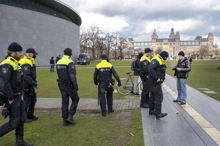 Actievoerders en politie op het Museumplein. Beeld ANP