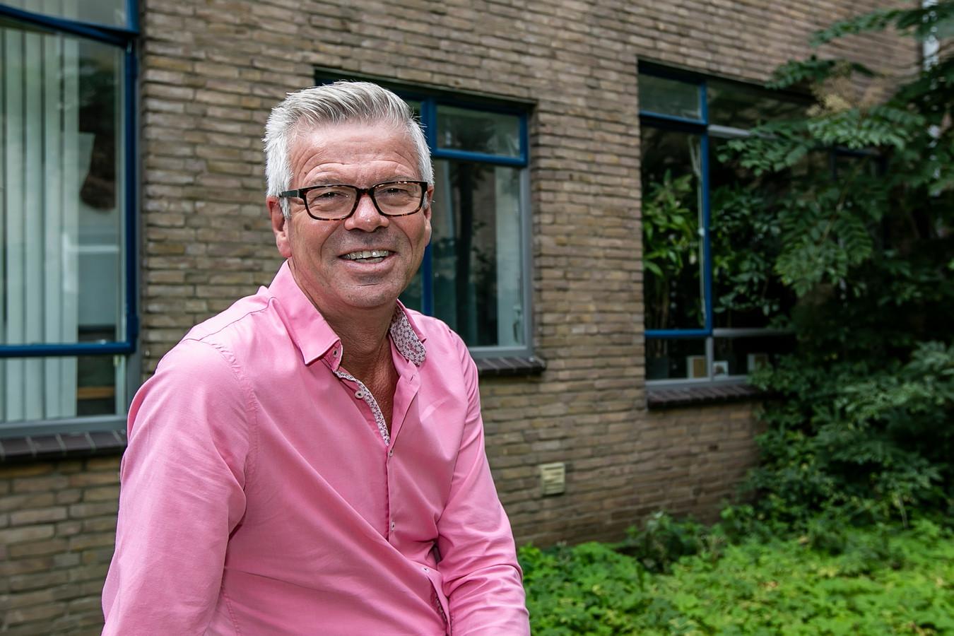 Frits Rorink, wethouder in Deventer, voor zijn appartement aan de Achter de Muren Zandpoort. Zijn doordeweekse woning. In het weekend gaat hij naar huis. Naar Oldenzaal.