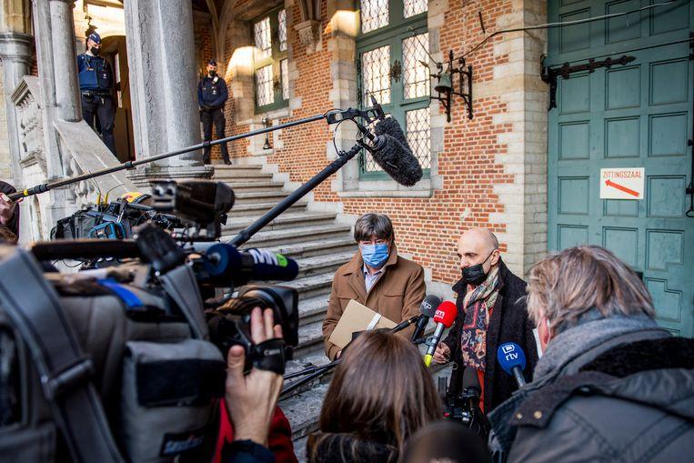 De advocaten van Bart De Pauw aan het gerechtsgebouw in Mechelen. Beeld BELGA