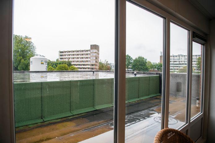 Het zicht vanaf de hal op het dak van de nieuwe entree. Op dezelfde hoogte zit het appartement dat door de fout nu onbewoonbaar is.