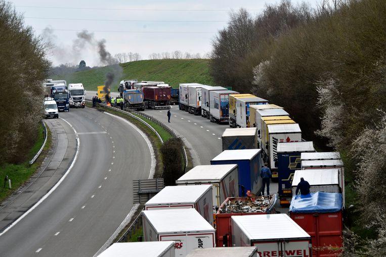 Vrachtwagenchauffeurs blokkeren de autosnelweg. Beeld Photo News