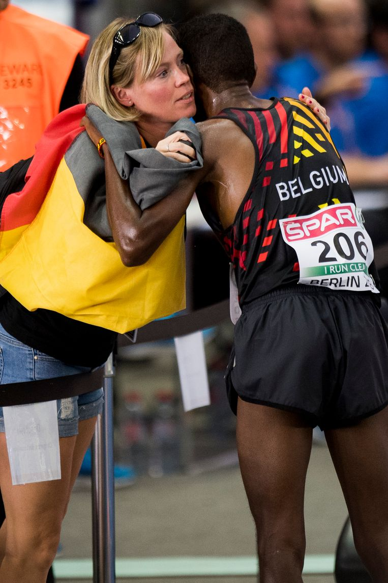 Delegatieleidster Stephanie Noel feliciteert Abdi na zijn zilveren exploot.