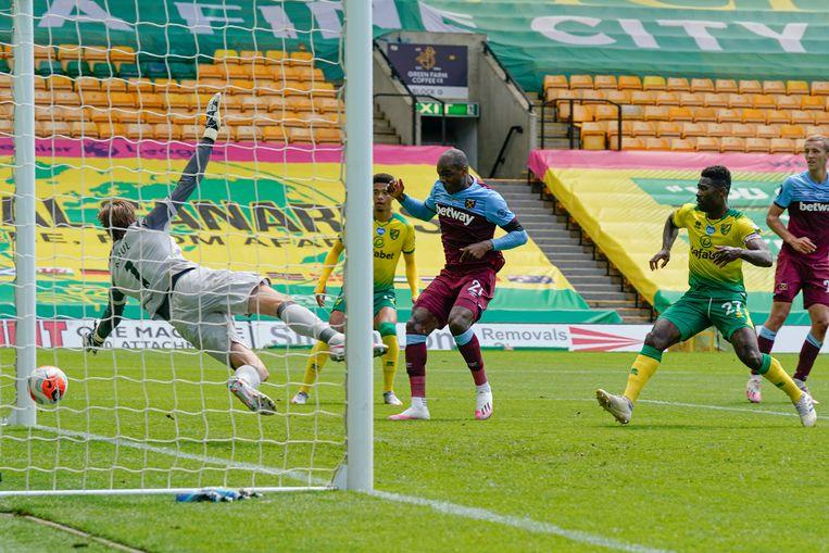 Doelman Tim Krul van Norwich heeft zaterdag geen kans bij een schot van West Hams Michail Antonio. Norwich verloor met 4-0 en degradeerde uit de Premier League. Beeld AP