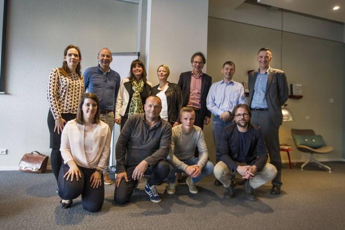 Het A(cquisitie)-team van de gemeente Eindhoven met wethouder Staf Depla (staand, derde van rechts). Rob van den Broek (gehurkt, tweede van links), Emma Briggs (staand, derde van links) en Ad Heerschap (staand, uiterst rechts) zijn de opvallendste personen. Foto Tom Valstar/fotomeulenhof