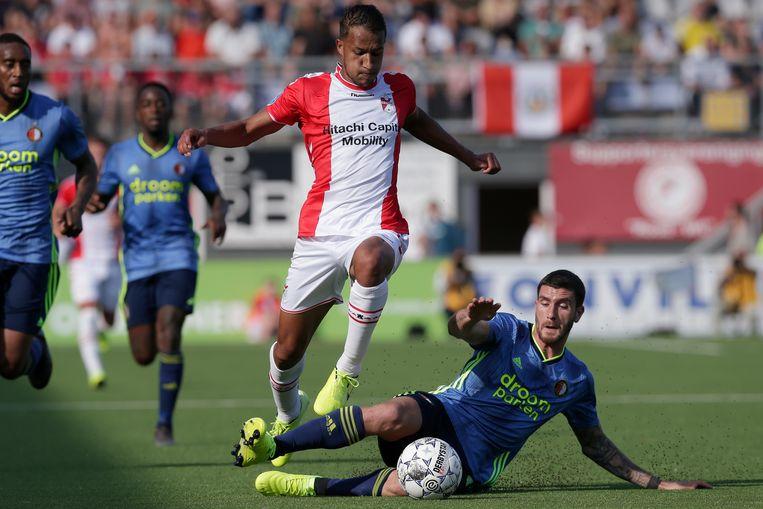 Marcos Senesi bij zijn competitiedebuut voor Feyenoord tegen FC Emmen. Hij viel vooral op door onderuit te gaan op het kunstgras en meteen een gele kaart te pakken. Beeld BSR Agency