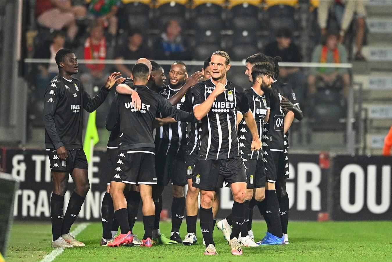 Joris Kayembe, défenseur de Charleroi, célèbre son but avec ses coéquipiers lors du match de Jupiler Pro League entre le KV Oostende et le Sporting Charleroi le 24 juillet 2021 à Oostende.