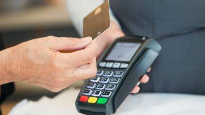 Dieven kijken pincode af in supermarkt en stelen ruim duizend euro met bankkaart van bejaarde vrouw