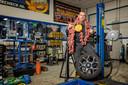 Garagehouder Frits Broks is verre van happy over het dreigend verbod op knallers.  vuurwerk,banden,garage,