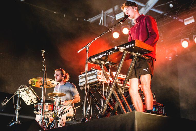 Jack Ritchie van Bearcubs aan de synth: een 28-jarige Brit die anno 2018 op vestimentair vlak nog in normcore gelooft. Beeld Stefaan Temmerman