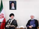 Le Guide suprême, l'ayatollah Ali Khamenei, et le président iranien Hassan Rohani (devant le portrait de l'ayatollah Khomeini, guide spirituel de la révolution islamique de 1979)