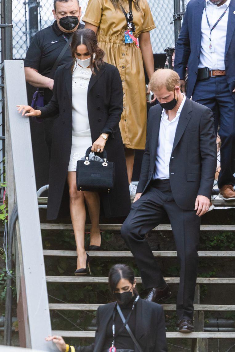 Meghan Markle brengt subtiel eerbetoon aan haar overleden schoonmoeder, prinses Diana door een Dior-tas bij zich te dragen tijdens het Global Citizen Live-evenement in New York. Beeld Getty Images