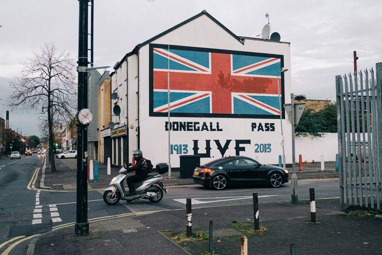 De Britse Union Jack in de protestantse straat Donegal Pass in Belfast Beeld Wouter Van Vooren